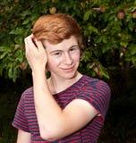 Ragazzo sorridente felice attraente nel giardino Immagine Stock