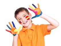 Ragazzo sorridente felice con mani e viso dipinti. Immagine Stock Libera da Diritti