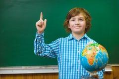 Ragazzo sorridente felice sul fondo della lavagna Concetto della scuola ed educativo Fotografia Stock Libera da Diritti