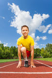Ragazzo sorridente nella posizione pronta per eseguire maratona Fotografie Stock Libere da Diritti