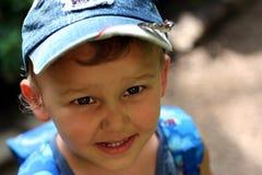 Ragazzo sorridente in una protezione Fotografie Stock Libere da Diritti