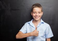 Ragazzo sorridente vicino alla lavagna Immagini Stock Libere da Diritti