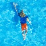Ragazzo sotto acqua Immagine Stock