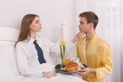 Ragazzo sottomesso che porta prima colazione a letto fotografie stock libere da diritti