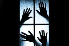 Ragazzo spaventato dietro la porta di vetro Immagine Stock Libera da Diritti