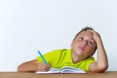 Ragazzo stanco della Tween che si siede con il quaderno Immagini Stock