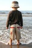 Ragazzo su una spiaggia Fotografie Stock
