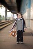 Ragazzo su una stazione ferroviaria fotografia stock