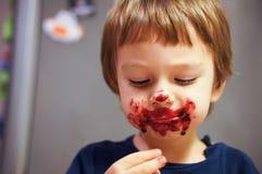 Ragazzo sudicio che mangia il gelato immagine stock libera da diritti