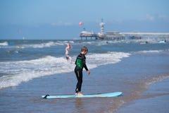 Ragazzo sul surf Immagini Stock
