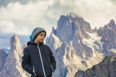 Ragazzo sul viaggio dentro alle alte montagne fotografia stock libera da diritti