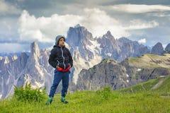 Ragazzo sul viaggio dentro alle alte montagne immagini stock libere da diritti
