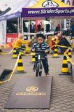 Ragazzo sulla bici dell'equilibrio Fotografie Stock