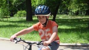 Ragazzo sulla bicicletta video d archivio