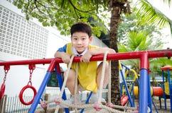 Ragazzo sveglio asiatico che gioca nel parco Immagine Stock