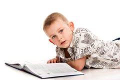 Ragazzo sveglio che legge un libro Fotografie Stock