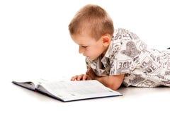 Ragazzo sveglio che legge un libro Immagine Stock