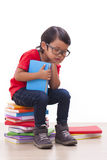 Ragazzo sveglio che legge un libro Fotografia Stock