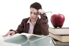 Ragazzo sveglio che studia e che pensa Immagini Stock