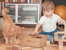 Ragazzo sveglio con il gatto Fotografia Stock