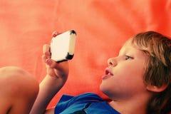 Ragazzo sveglio con il telefono mobile Fotografia Stock Libera da Diritti
