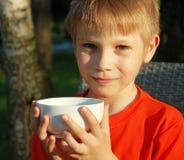 Ragazzo sveglio con la tazza bianca Fotografia Stock