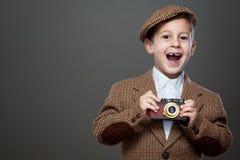 Ragazzo sveglio con la vecchia macchina fotografica della foto Fotografie Stock Libere da Diritti