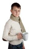 Ragazzo sveglio con una tazza isolata su fondo bianco Fotografia Stock