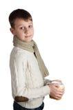 Ragazzo sveglio con una tazza isolata su fondo bianco Fotografie Stock Libere da Diritti