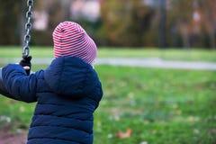 Ragazzo sveglio del bambino nel divertiresi caldo dei vestiti di autunno all'aperto fotografia stock libera da diritti