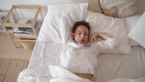 Ragazzo sveglio dell'adolescente che sveglia nella mattina Ragazzo che allunga a letto stock footage