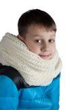 Ragazzo sveglio in rivestimento e sciarpa isolati su bianco Fotografia Stock Libera da Diritti