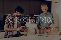 Ragazzo tablet Verdure per insalata Famiglia felice immagini stock