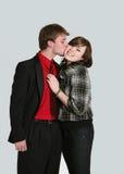 Ragazzo teenager che bacia ragazza sulla guancica Fotografie Stock Libere da Diritti