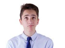 Ragazzo teenager che osserva in su Isolato su priorità bassa bianca Fotografia Stock