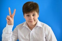 Ragazzo teenager che tiene il suo dito su, ha fornito l'idea Fotografie Stock Libere da Diritti