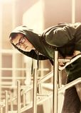 Ragazzo teenager con lo zaino contro un edificio scolastico Immagine Stock Libera da Diritti