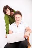 Ragazzo teenager e ragazza con il computer portatile Immagini Stock