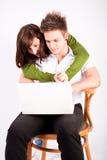 Ragazzo teenager e ragazza con il computer portatile Immagini Stock Libere da Diritti