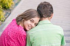 Ragazzo teenager e ragazza con le cuffie Immagine Stock