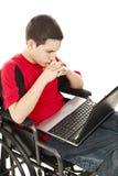 Ragazzo teenager invalido in linea Immagini Stock