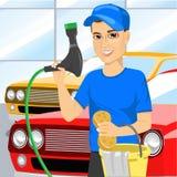 Ragazzo teenager sorridente che usando una spugna insaponata per lavare un'automobile Fotografia Stock