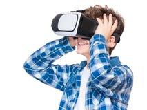 Ragazzo teenager in vetri di VR Immagini Stock