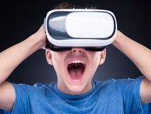 Ragazzo teenager in vetri di VR Immagine Stock