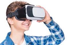 Ragazzo teenager in vetri di VR Fotografia Stock