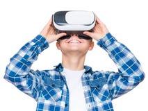 Ragazzo teenager in vetri di VR Fotografie Stock Libere da Diritti