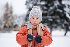 Ragazzo in un cappello tricottato di inverno con la caramella della caramella Immagine Stock Libera da Diritti