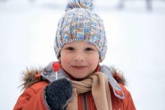 Ragazzo in un cappello tricottato di inverno con la caramella della caramella Immagini Stock Libere da Diritti