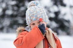 Ragazzo in un cappello tricottato di inverno con la caramella della caramella Fotografie Stock