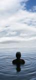 Ragazzo in un lago immagini stock